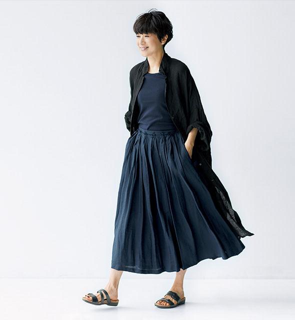 ダークトーンの組み合わせに黒のロングシャツをはおってモードな甘辛ミックスに