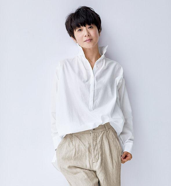清涼感きわだつ、白シャツ。秘密はシャドウチェックの透け感と立体的なデザイン