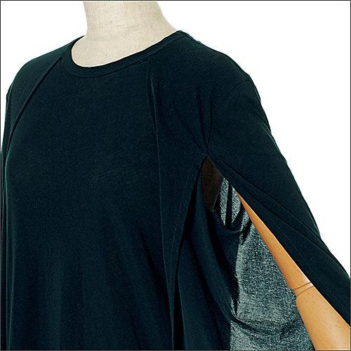 前身頃寄りに大きく入った袖スリットから腕が見え隠れする仕掛け。吸水速乾性にすぐれた素材は着心地も抜群