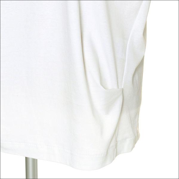 腰部分にタックを入れることで裾が腰骨に引っかかり、気になるおなかまわりをカバー