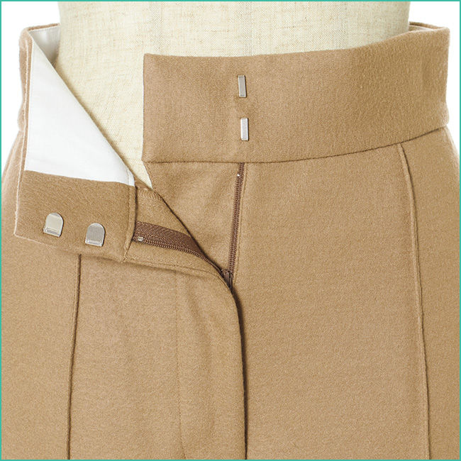 ゴム仕様のウエストでラクちん。サイドにちょっと張り出す両ポケットが、巧みにヒップまわりをカバー