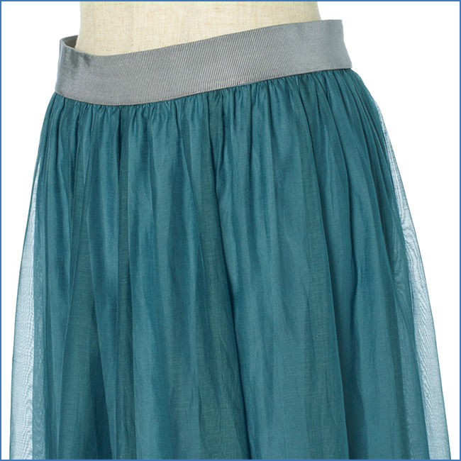 ラクちんなのにすっきりきれいに見えるシルバーグレーのウエストゴム。裾に透け感があるので長め丈も軽やか