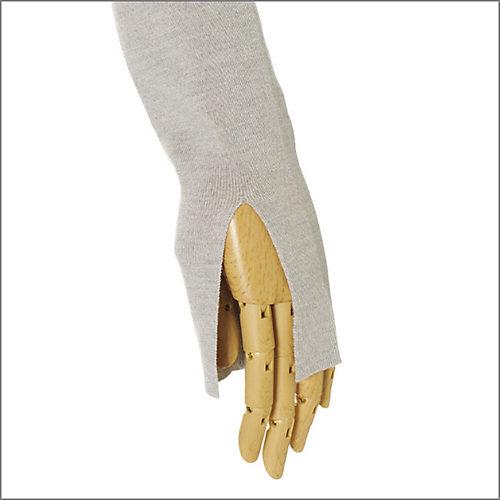 袖はリブ編みで先にかけて細く、袖先のスリットも大人っぽい。腕を華奢見えさせてくれる効果も
