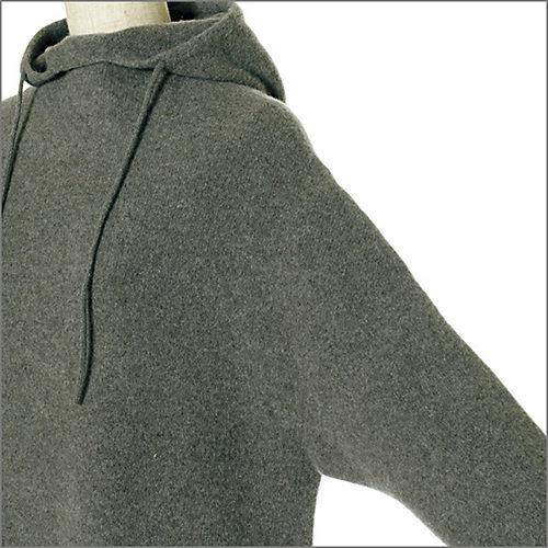 ゆったりとしたアームホールと長めの袖がリラクシーなムード。たくし上げるとこなれて見える