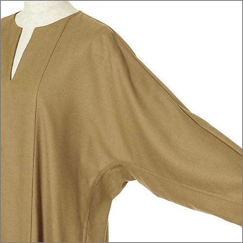 今どきなしゃれたムードを演出するドルマン風の袖は、二の腕の肉感を拾わずすっきり見せてくれる