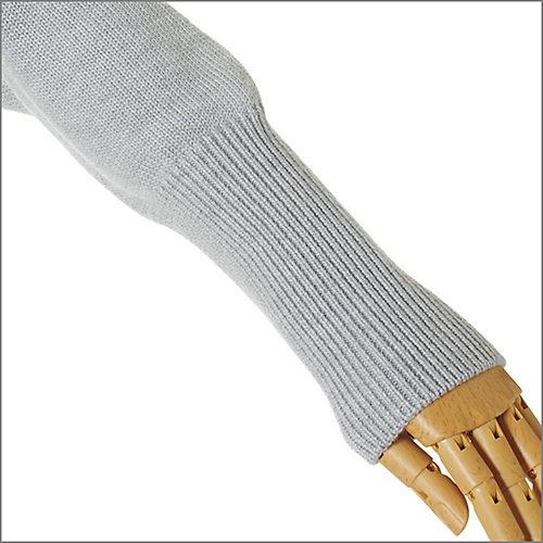 イタリア素材のビエラヤーン社Victriaを使用。長めに設定した手首のリブがエレガントな雰囲気