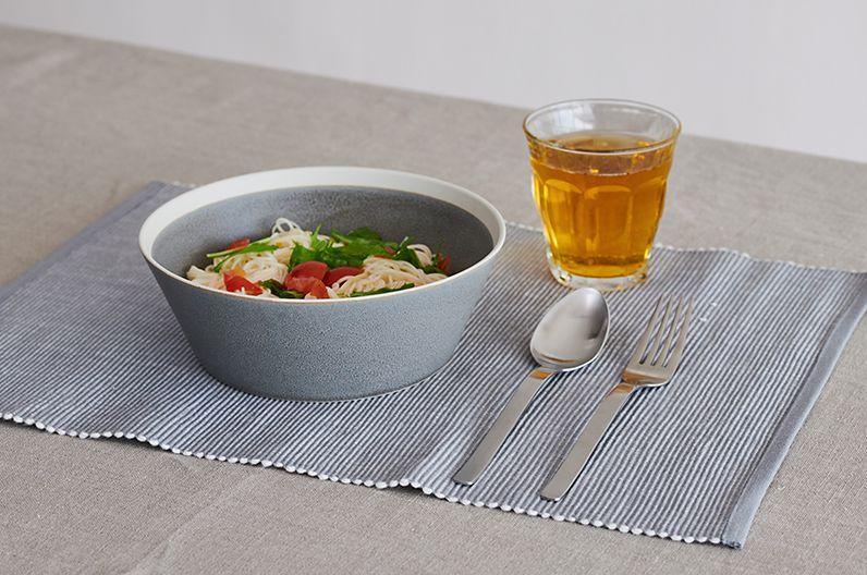 【インテリア雑貨特集】テーブルウェアのグレーインテリア   イイホシユミコさんのdishesシリーズは質感の良さからマット釉のモスグレーが人気カラーのひとつ