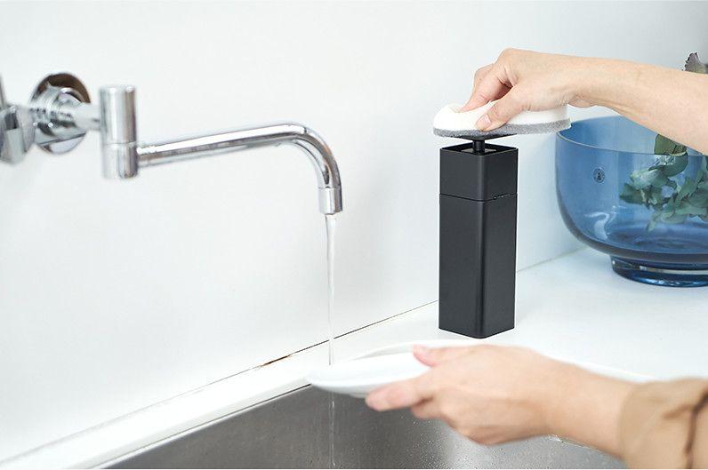 【インテリア雑貨特集】tower 片手で出せるディスペンサー | 片手で押すだけでスポンジに直接洗剤が付くディスペンサー