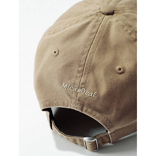 『MICA & DEAL』の刺繍ロゴを後頭部に配置。フィット感はその下のベルトで微調整できます。