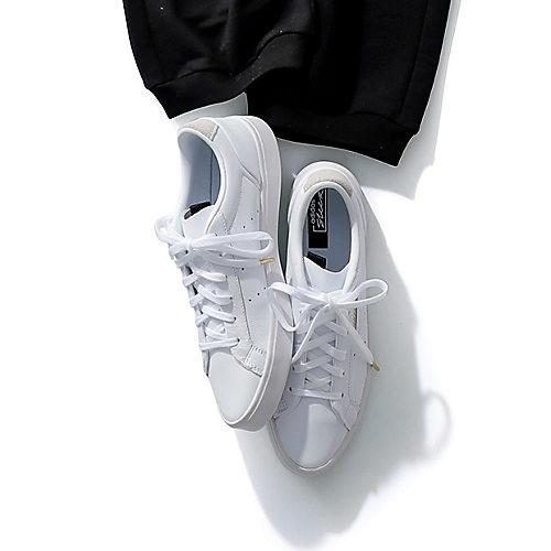 すっきりとしたフォルムで洗練の足もとに adidas SLEEK W