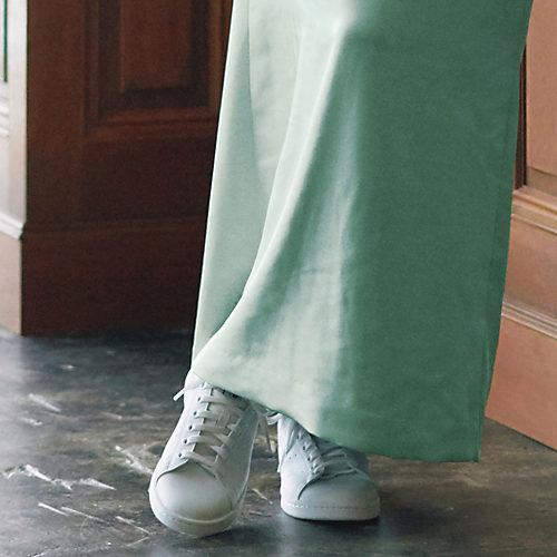 軽やかな白い足もとが冬の外出をアクティブに STAN SMITH VEGAN