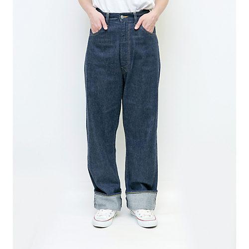 ゆったりワイドなシルエット モデル身長:166cm 着用サイズ:27