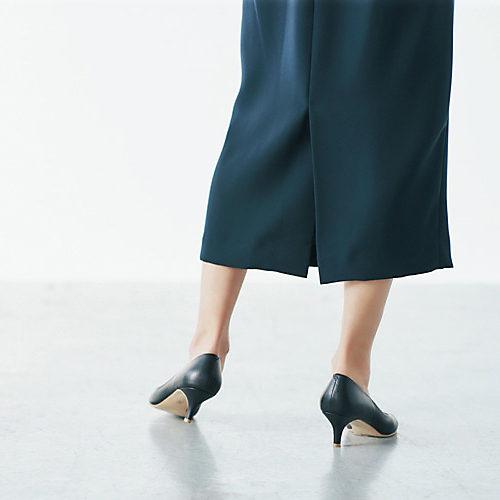 後ろ裾にベント入り。 スリットに比べて肌がのぞきにくく、足 さばきのよさも○