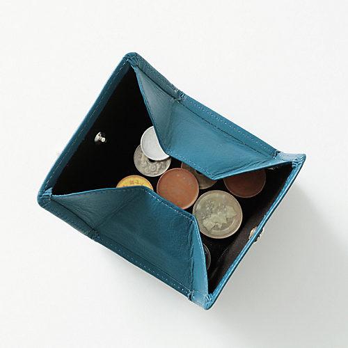 外側についた小銭入れは、ボタンを外す と四方に全開になるので、小銭が見やすく探しやすい!