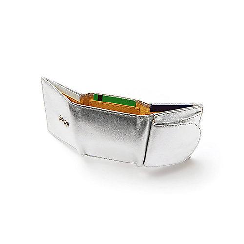 ミニサイズだけどお札をた たむことなく収納が可能。 札入れの内側にもカード入れがあり至れり尽くせり!