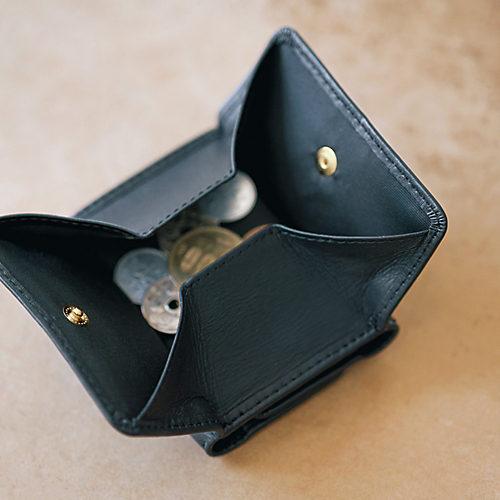 外づけされた小銭入れは、スナップボタンを外すと四角形に開く仕様
