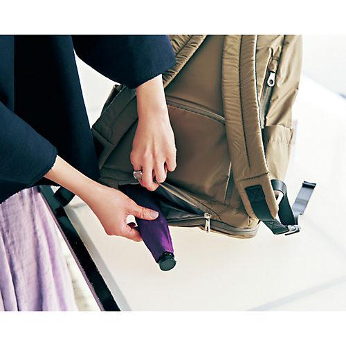 隠しファスナーポケットには、ポケットは水に強い内布なので折り畳み傘や汚れ物を
