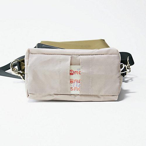 メインスペースの底には、交通系ICカ ード用のポケットを。