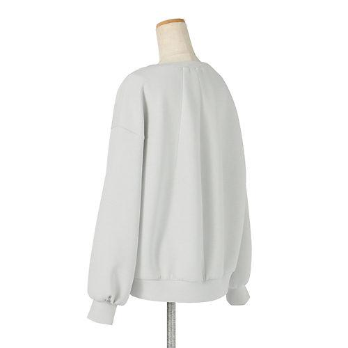 張り感のあるきれいめボンディング生地を使用し、体のラインを拾わないように後ろにタックを入れてコクーンシルエットに。