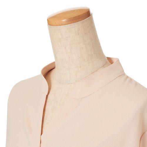 胸元がはだけないように内釦付き