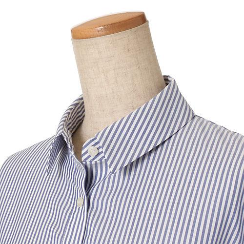 小さめに設定した衿は、立ててもお洒落