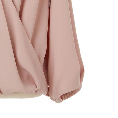 袖口にはタックを寄せてふんわりシルエットに。袖口内部にゴムを施すことで、たくし上げやすい