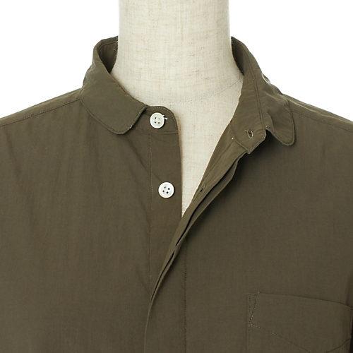 着込んだような味わいのウォッシュ加工。私はノーアイロンで着ちゃいます。胸もとと袖口の高瀬貝のボタンが効果的なアクセントに。