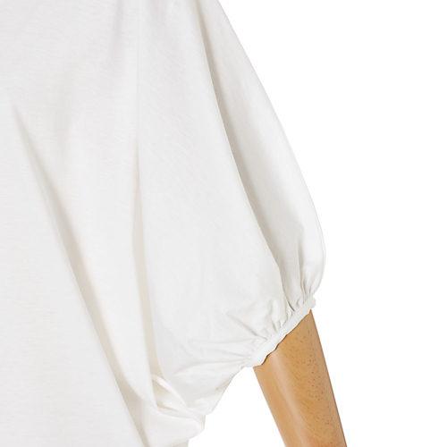 袖口にたっぷりギャザーを寄せてボリューム袖に