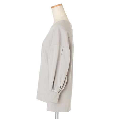 ボトムを選ばない絶妙な丈感に。スリットを真横より少し前に設定することで着やせも!