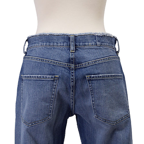 バックポケットを通常よりひと回り大きくすることで、気になるお尻の段差もカバー!