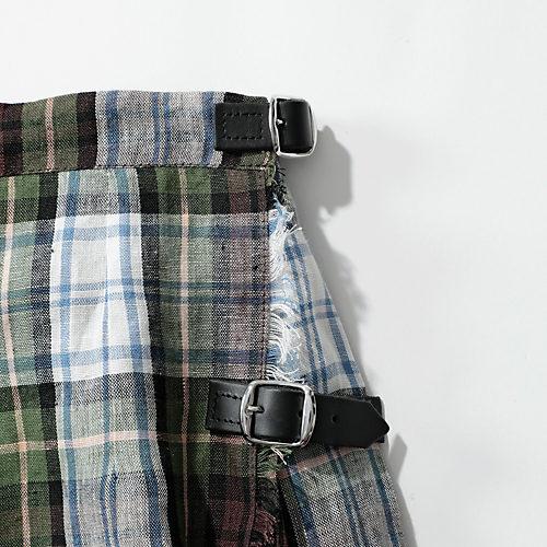 コラボ仕様として、スカートは左側に2 つのベルトを。