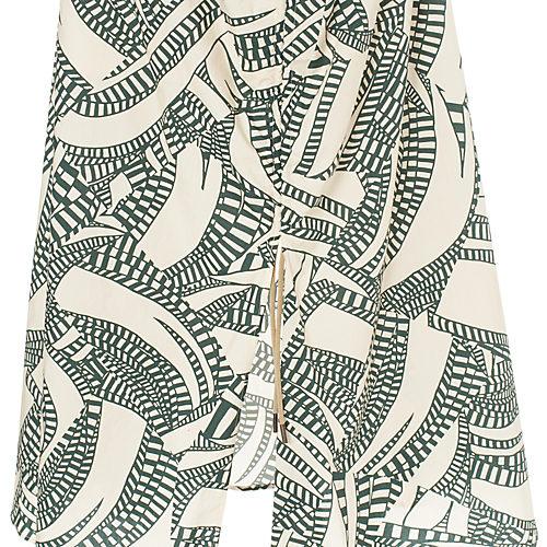裾にたっぷりボリュームがありながらスレンダーなマーメードシルエット。アジャスターで調整でき、小柄でもきれいに着られます。
