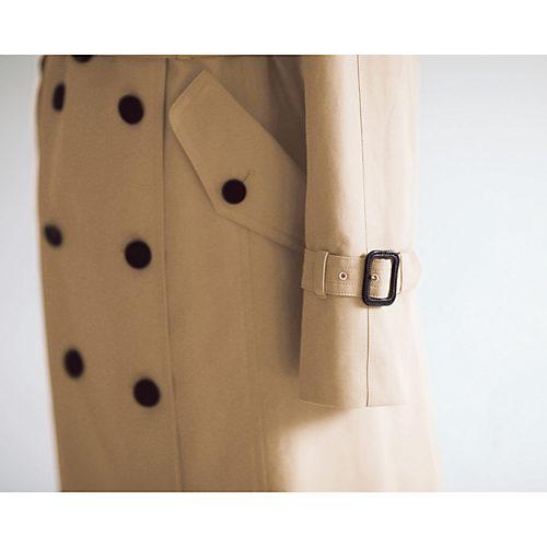 袖は通常より長く、またベルトは高めに配置。長年の着用で袖口が擦り切れたときは袖を詰め、補修が可能に。