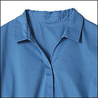 きちんと見えのシャツ襟は小さめが女性らしく見えます。オフィスシーンでは華奢なネックレスがちらりと見える開き具合がポイント!
