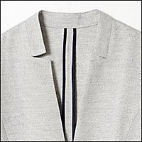 シンプルすぎる素材とデザインだと「就活感」が出てしまうジャケット。上質なリネン見え素材とスリット入りのデザインで「アラフォーだからこそ着こなせるジャケット」にしました。