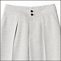 ジャケットとセットアップで着られる麻見えパンツ。人気のほどよいワイドシルエットは誰にでも似合う王道シルエット。縦に並んだ2つのボタンが腰高に見せてくれます。