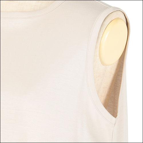 ノースリーブ部分の開きをせまくしているので、インナーが見えづらく安心設計!