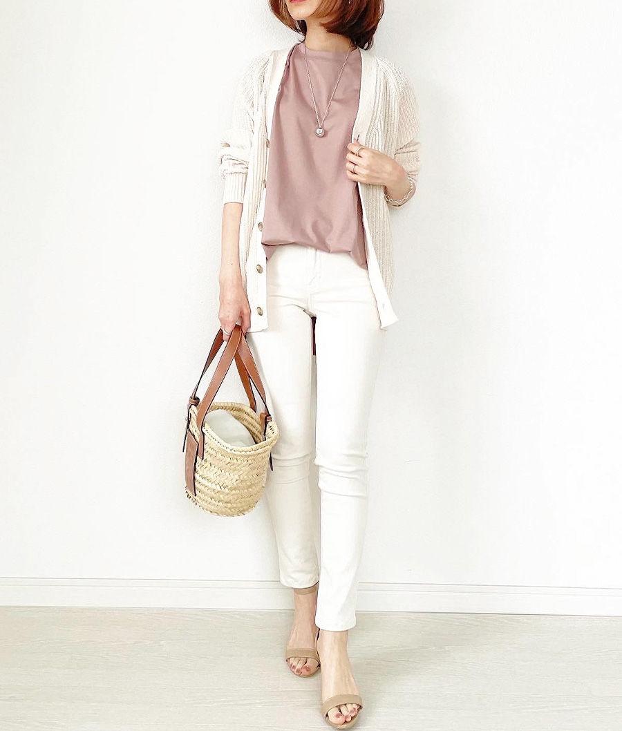 着るだけでサマ見えする、スモーキーなニュアンスピンク。女性らしさや洗練感をプラスしてくれます。