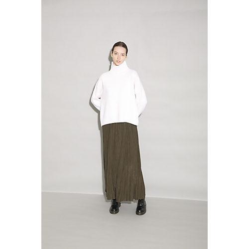 柔らかな縦ラインを生み出すプリーツスカートは、ロング丈ですっきりとしたシルエット。 プリーツシフォンスカート