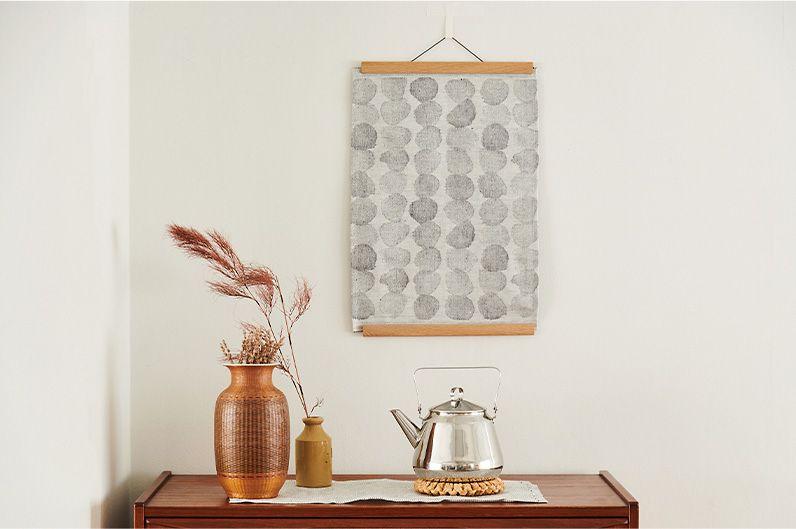 【インテリア雑貨特集】LAPUAN KANKURIT プレイスマット SADEKUURO(小雨) | 雨模様を織りで表現したプレイスマットを壁掛けに